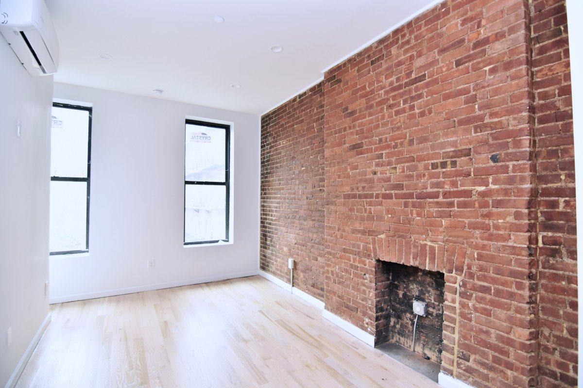 1 bed in Renovated Townhouse NO FEE!