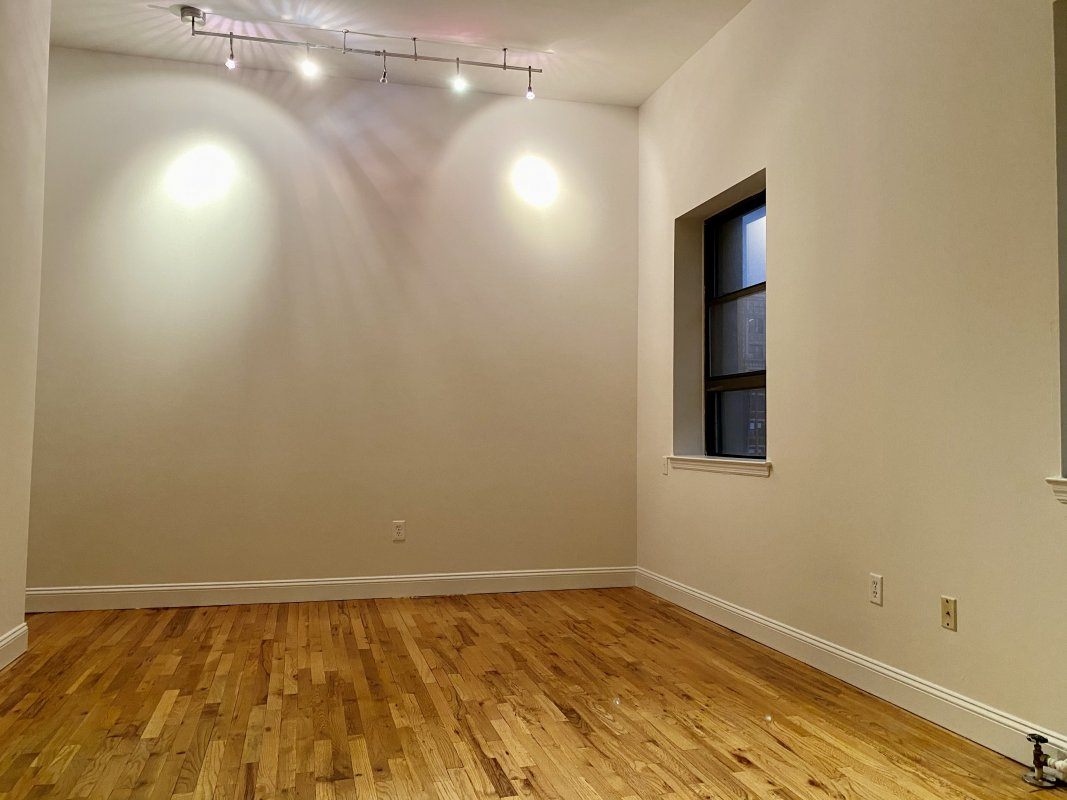 Loft-like 1 bedroom with outdoor space