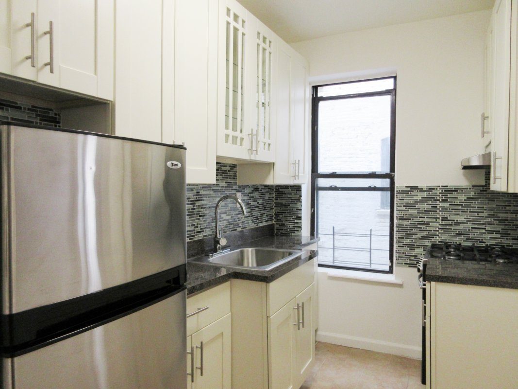 Gorgeous Kitchen! Right by 1 Train!